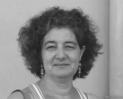 Portrait de Gina Scarito, hypnothérapeute, professeure de yoga et enseignante de yoga prénatal